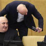 Мурат Хасанов (слева) на на пленарном заседании Государственной думы РФ, 2017 год © Сергей Савостьянов/ТАСС